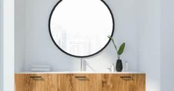 un miroir au-dessus d'un buffet