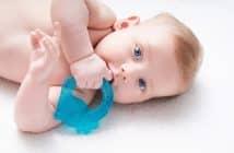 Un bébé avec un anneau de dentition