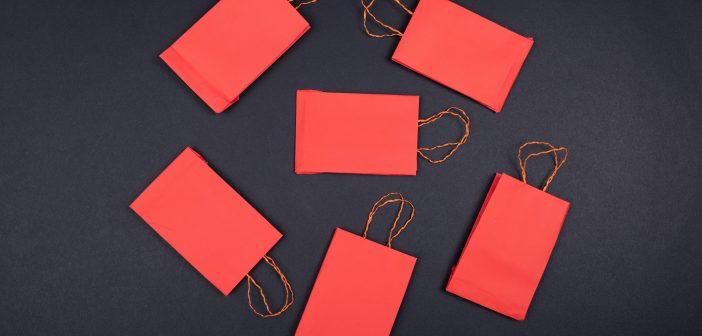 Des sacs papiers rouges